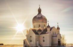 Puesta del sol por una iglesia del país Imagenes de archivo