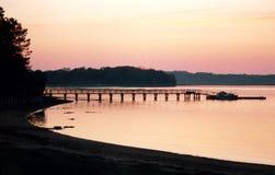 Puesta del sol posterior del río imagenes de archivo