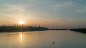 Puesta del sol a principios de mayo, el río de Dnieper en la ciudad de Kiev almacen de metraje de vídeo
