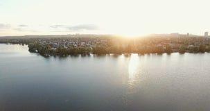 Puesta del sol a principios de mayo, el río de Dnieper en la ciudad de la cantidad de alta calidad 10bit de Kiev Corrección muy f almacen de video