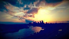 Puesta del sol profundamente caliente de Sunmer de la ciudad Imagen de archivo libre de regalías