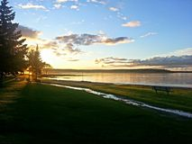 Puesta del sol provincial del parque del lago Greenwater sobre el lago Fotos de archivo libres de regalías