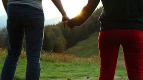 Puesta del sol que espera de las adolescencias del paseo romántico de los pares para durante paseo de la montaña almacen de video