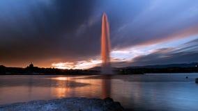 Puesta del sol que golpea agua del jet la D famosa 'en Ginebra, Suiza fotos de archivo libres de regalías
