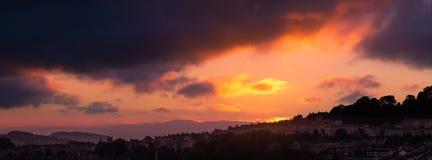 Puesta del sol que parece del oeste sobre la ciudad del baño Fotos de archivo