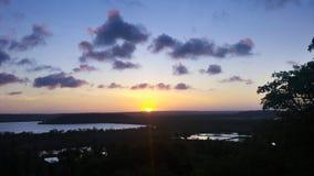 Puesta del sol que pasa por alto el lago con el azul de cielo foto de archivo libre de regalías
