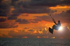 Puesta del sol que practica surf de la cometa Foto de archivo