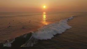 Puesta del sol que practica surf la cámara lenta aérea almacen de video