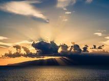 Puesta del sol que sorprende sobre Océano Atlántico en la costa de Tenerife foto de archivo