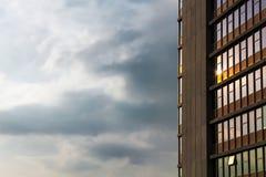 Puesta del sol reflectora del edificio concreto Imagen de archivo libre de regalías