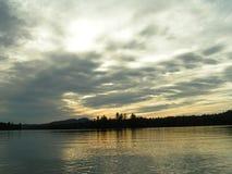 Puesta del sol reflejada en el lago Imagen de archivo libre de regalías