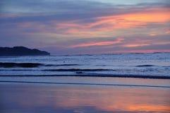 Puesta del sol reflejada en la arena Kota Kinabalu de la playa Imagen de archivo