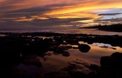 Puesta del sol, resaca, Kauai, Hawaii Imágenes de archivo libres de regalías