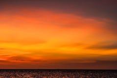 Puesta del sol ridícula, intensa, colorida en las islas de Gigantes Imágenes de archivo libres de regalías