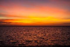Puesta del sol ridícula, intensa, colorida en las islas de Gigantes Foto de archivo