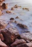 Puesta del sol rocosa de la costa costa imagen de archivo libre de regalías