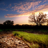 Puesta del sol rocosa del banco de arena del cauce del río Foto de archivo