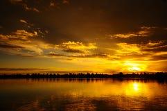 Puesta del sol rocosa del lago Fotos de archivo libres de regalías