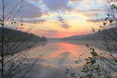 Puesta del sol rocosa del lago Imagen de archivo libre de regalías