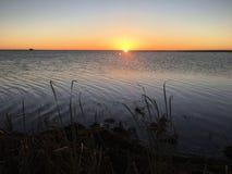Puesta del sol rocosa del lago Fotografía de archivo libre de regalías
