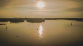 Puesta del sol rocosa del lago fotografía de archivo
