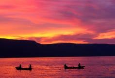 Puesta del sol roja anaranjada sobre el lago Tanganica fotos de archivo