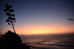 puesta del sol roja asombrosa sobre el mar Fotos de archivo libres de regalías