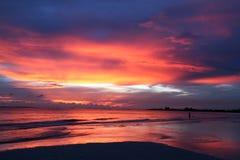 Puesta del sol roja, blanca y azul Fotografía de archivo