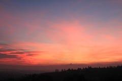 Puesta del sol roja con el horizonte de Monviso Fotografía de archivo libre de regalías