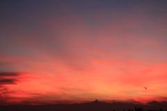 Puesta del sol roja con el horizonte de Monviso Imagen de archivo