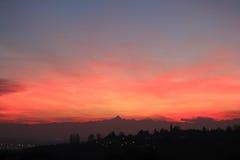 Puesta del sol roja con el horizonte de Monviso Foto de archivo