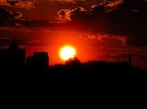 Puesta del sol roja con un cielo púrpura Foto de archivo