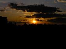 Puesta del sol roja con un cielo púrpura Imagen de archivo