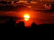 Puesta del sol roja con un cielo púrpura Fotos de archivo libres de regalías