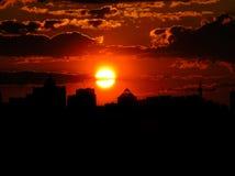 Puesta del sol roja con un cielo púrpura Fotografía de archivo libre de regalías