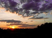 Puesta del sol roja con un cielo púrpura Imagen de archivo libre de regalías