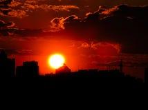 Puesta del sol roja con un cielo púrpura Foto de archivo libre de regalías