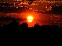 Puesta del sol roja con un cielo púrpura Imagenes de archivo