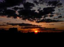 Puesta del sol roja con un cielo púrpura Fotografía de archivo