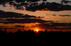 Puesta del sol roja con un cielo púrpura Fotos de archivo