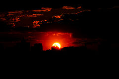 Puesta del sol roja con un cielo púrpura Imágenes de archivo libres de regalías