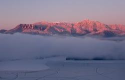 Puesta del sol roja de la montaña Imagenes de archivo