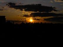 Puesta del sol roja del otoño con un cielo púrpura Fotos de archivo libres de regalías