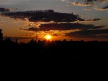 Puesta del sol roja del otoño con un cielo púrpura Imagenes de archivo