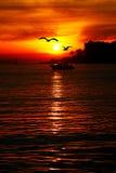 Puesta del sol roja en el pavo de Estambul del mar foto de archivo libre de regalías