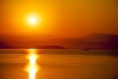 Puesta del sol roja en el pavo del bodrum del mar imagenes de archivo