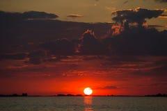 Puesta del sol roja en el río de Dnieper cerca de la Cherkassy Foto de archivo
