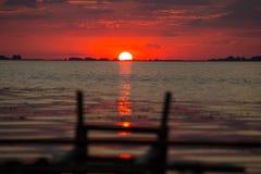 Puesta del sol roja en el río de Dnieper cerca de la Cherkassy Fotos de archivo libres de regalías