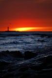 Puesta del sol roja en la orilla de mar imagenes de archivo