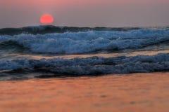 Puesta del sol roja en las ondas, atlánticas Fotografía de archivo libre de regalías